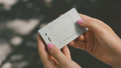 cuenta con conectividad 4G, GPS, wifi, bluetooth (Light).