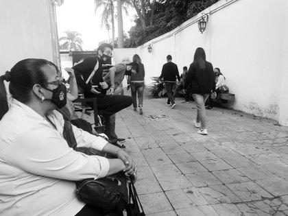 Periodistas de VPITV salen de la sede de la cadena durante el allanamiento del 8 de enero 20221
