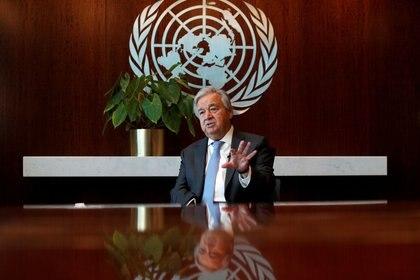 FOTO DE ARCHIVO: El secretario general de Naciones Unidas Antonio Guterres habla durante una entrevista con Reuters en las centrales de Naciones Unidas en Nueva York, EEUU, 14 de septiembre del  2020.   REUTERS/Mike Segar/File Photo