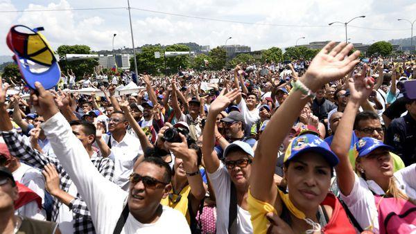 Manifestantes durante el Gran Plantón Nacional del 24 abril (AFP)