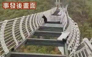 El momento en el que un hombre se queda colgando a 100 metros luego de que se quebrara un puente de vidrio en China
