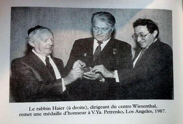 1987: el rabino Haier, dirigente del Centro Simon Wiesenthal, le entrega una medalla de honor a Petrenko en Los Ángeles