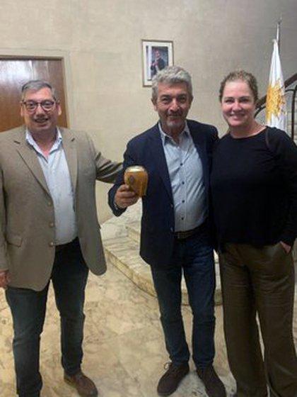 Darín y su mujer junto al embajador de Uruguay en Argentina (@PajaroEnciso)