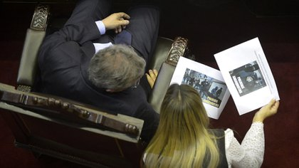 Emilio Monzó analiza las fotos que le entregó Moreau (Crédito: Gustavo Gavotti)