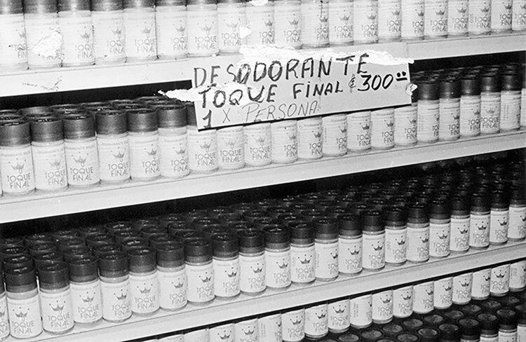 Solo un desodorante por persona. Un supermercado popular en 1984.
