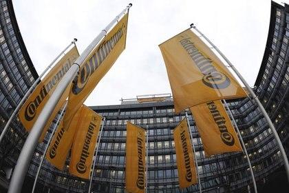 Imagen de archivo. Banderas de la compañía alemana Continental cuelgan bajo la lluvia durante una reunión de la junta directiva de Continental en Frankfurt. 6 de marzo de 2009. REUTERS / Kai Pfaffenbach