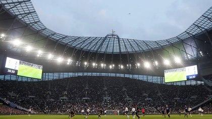 """El partido exhibición entre las leyendas del Tottenam y el Inter, en la iniguración del estadio y la la monumental tribuna que funciona como """"pared acústica"""""""