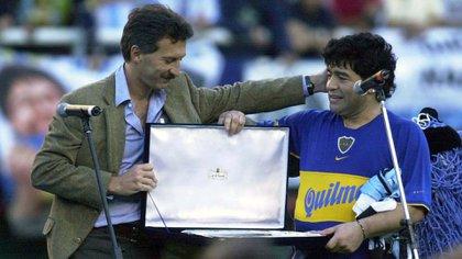 Diego Maradona junto a Mauricio Macri en su partido homenaje en el año 2000 (DYN)