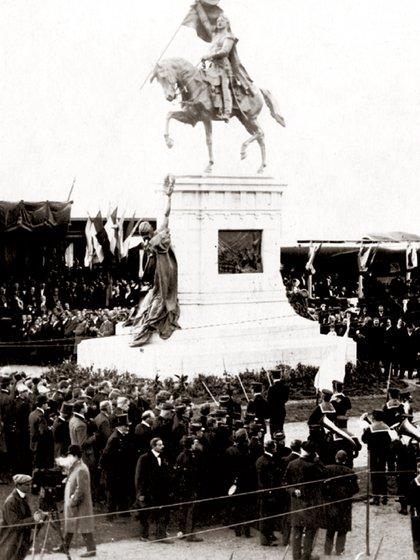 El multitudinario acto de inauguración del monumento a San Martín