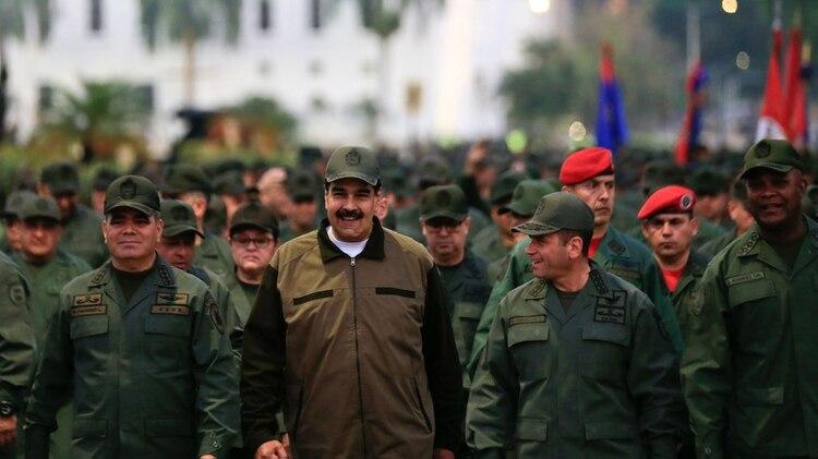 Nicolás Maduro con militares (REUTERS)
