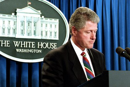 En esta fotografía del 21 de abril de 1995, el presidente Bill Clinton se detiene en la sala de reuniones de la Casa Blanca en Washington mientras habla sobre el atentado en la ciudad de Oklahoma (AP/Marcy Nighswander)