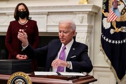 Biden firma una serie de decretos para afrontar la pandemia de COVID-19. Foto: REUTERS/Jonathan Ernst