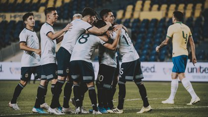 El festejo de los juveniles tras el gol de Capaldo que destrabó el partido (Foto NA)