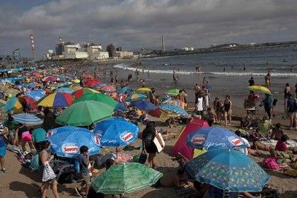 La gente disfruta de la playa en Ventanas ubicada en el litoral central de Chile