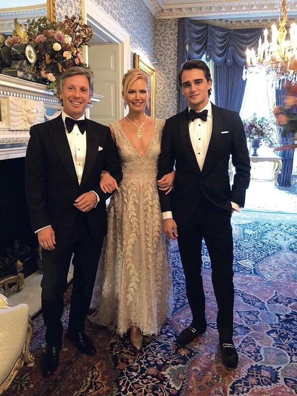 El español Pepe Barroso Silva (21) –novio de Tini– junto a Valeria Mazza y Alejandro Gravier en Buckingham Palace, Londres, durante la celebración por los 70 años del Príncipe Carlos.
