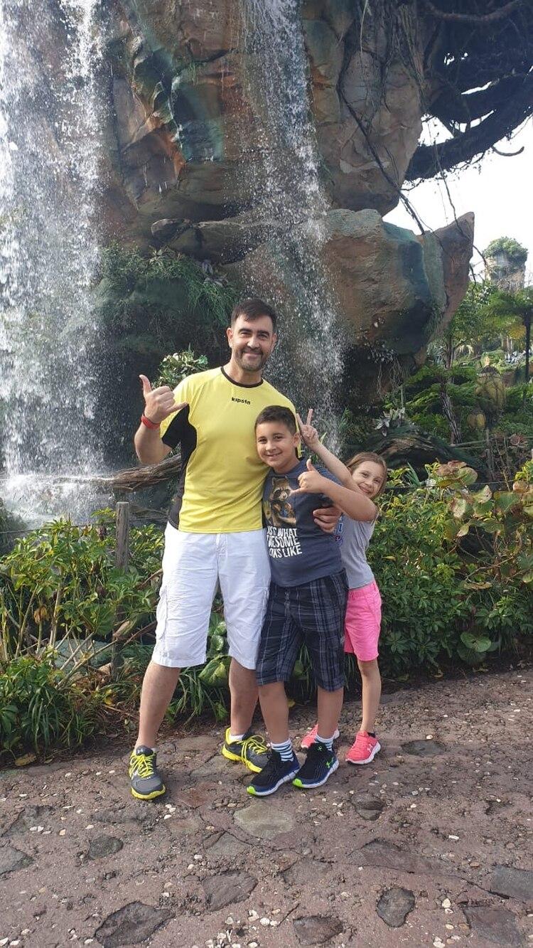 Alejandro también tiene una hija de 7 años, que trata de imitar los pasos de su hermano