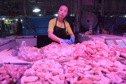 China detecta coronavirus en muestras de alitas de pollo de Brasil