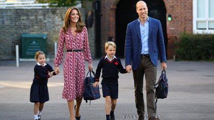 El príncipe George y su hermana Charlotte en su primera día de colegio (Shutterstock)
