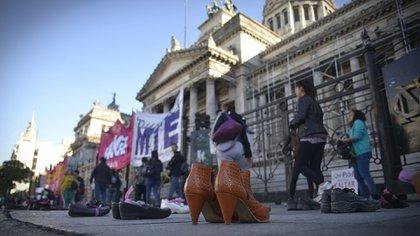 Zapatos de mujer frente al Congreso en un reclamo por las víctimas de femicidio (Gustavo Gavotti)