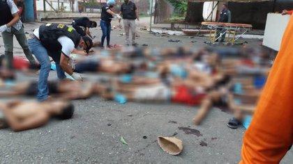 Funcionarios identifican los cuerpos de las víctimas luego del motín en la cárcel de Guanare en Venezuela
