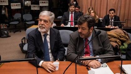 Julio De Vido y su abogado Maximiliano Rusconi, en la primera audiencia del juicio oral por la tragedia de Once (Adrián Escandar )