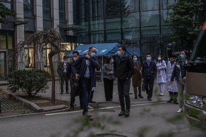 El equipo de expertos de la OMS en Wuhan, a la salida del Hospital Provincial de Hubei, durante su investigación para descubrir los orígenes de la pandemia.