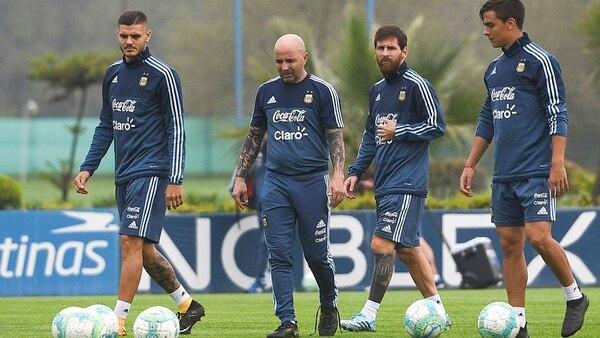 El entrenador de la Selección junto a tres hombres que irían a la Copa del Mundo (NA)
