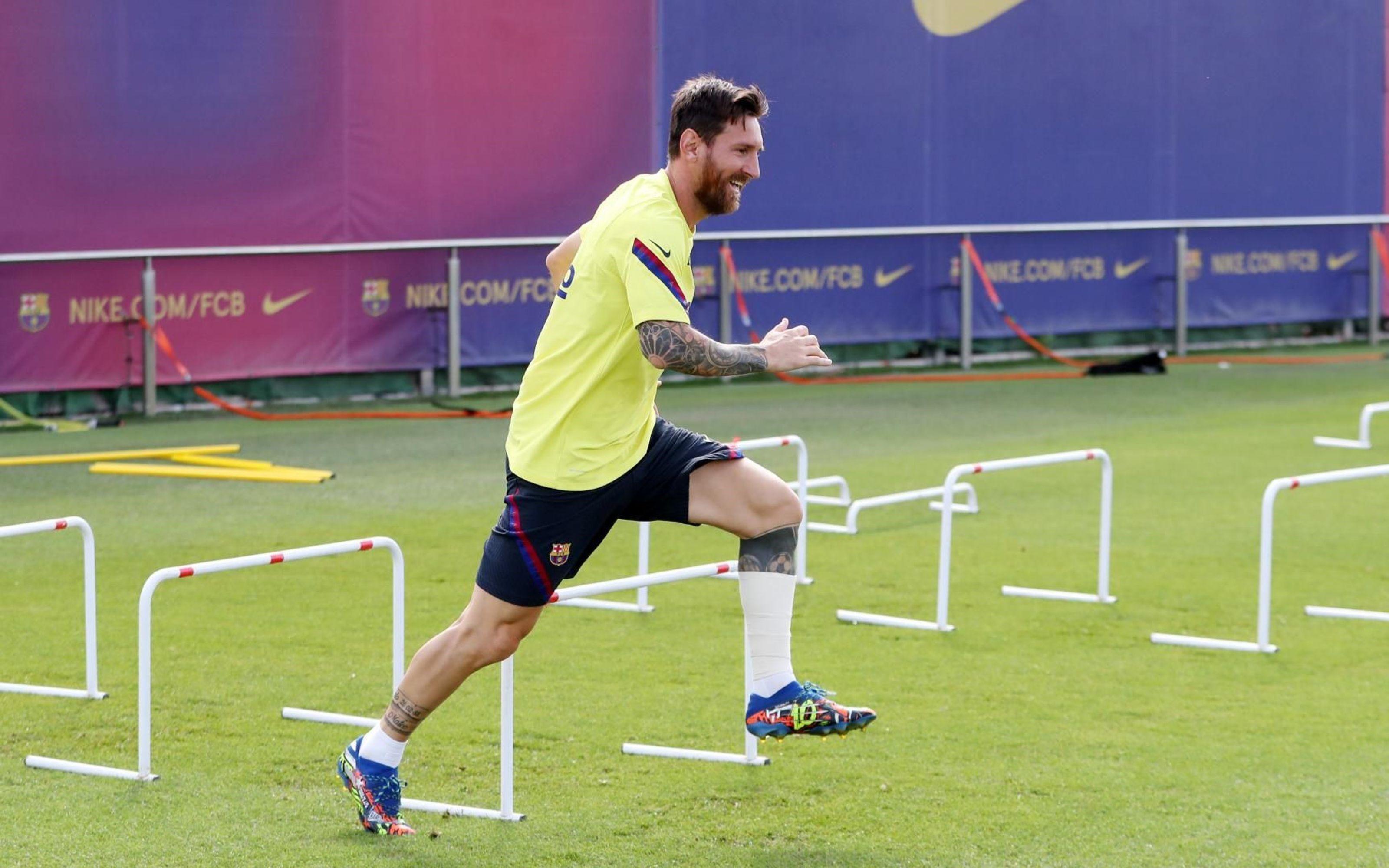 Messi se entrenó con un vendaje tras el golpe en su pierna izquierda frente al Napoli