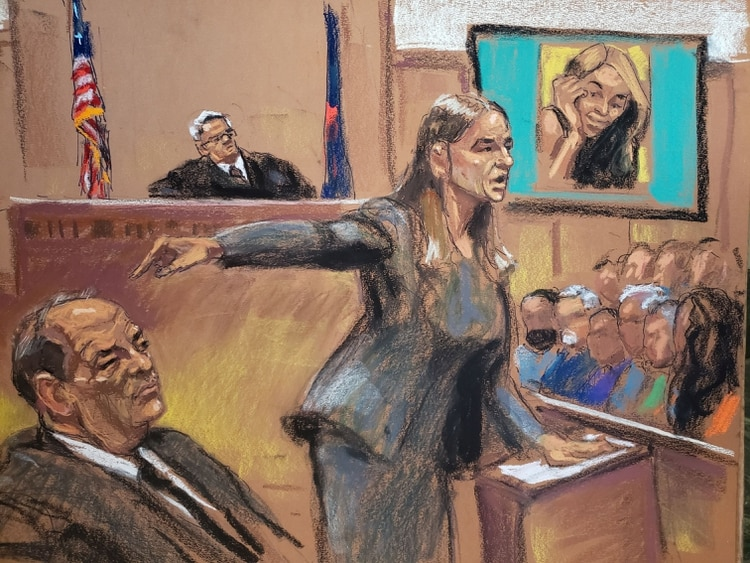 La fiscal de distrito Meghan Hast señala a Harvey Weinstein durante su juicio por agresión sexual cuando la acusadora Mimi Haleyi aparece en la pantalla mientras el juez James Burke preside en el Tribunal Penal de Nueva York en el distrito de Manhattan este 22 de enero de 2020 (Reuters)