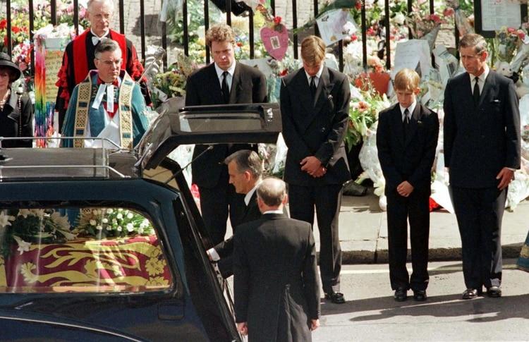 William, Harry y Carlos miran cómo el ataúd de Diana, la Princesa de Gale,s es colocado en un coche fúnebre en la Abadía de Westminster, el 6 de septiembre de 1997 (Reuters)