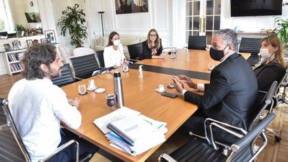 Santiago Cafiero escucha a Horacio Pietragalla, ante la atenta mirada de los representantes de Amnistía Internacional