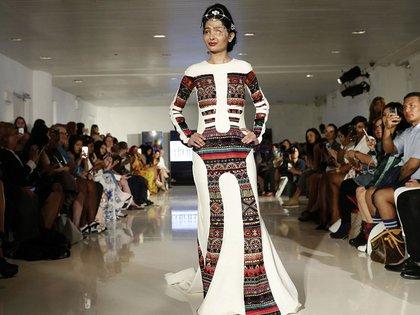 """Reshma Qureshi sorprendió a todos los presentes durante su caminata por la pasarela. """"Redefinió el concepto de belleza"""", titularon los diarios del mundo (AP)"""