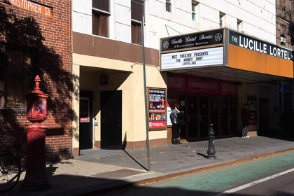 El teatro Lucille Lortel aparece en diferentes ocasiones pero por sobretodo en la temporada 3 donde Joey consigue el papel de una obra