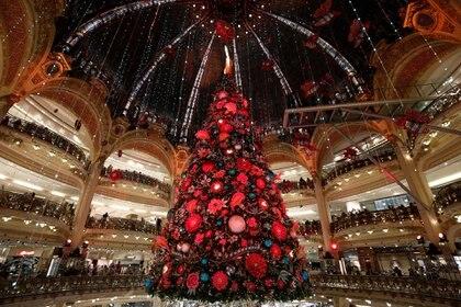 En París, Francia, un árbol de navidad gigante sorprende a locales y turistas en la Galería Lafayette