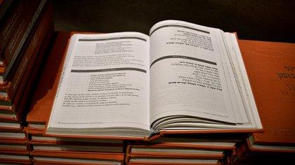 Un ejemplar abierto del libro Sidur et ba zman (Un tiempo dentro del tiempo), presente para que los asistentes siguieran la ceremonia