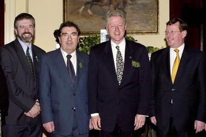 El presidente de EEUU Bill Clinton junto a Gerry Adams, John Hume y David Trimble durante un encuentro en la Casa Blanca el 17 de marzo del 2000. (JOYCE NALTCHAYAN / AFP)