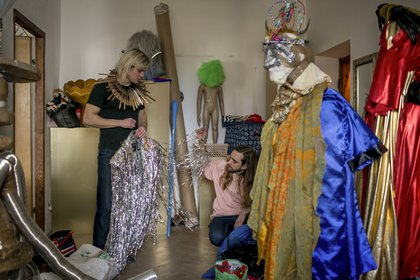 Gosniowski, a la izquierda, preparando el vestuario para una presentación. Decidió salir del clóset poco después de haber sido golpeado en el bachillerato y trabaja como artista drag en Polonia. (Anna Liminowicz/The New York Times)