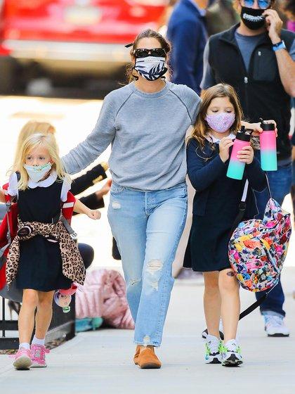 Drew Barrymore recogió a sus hijas Olive y Frankie en su colegio de Nueva York. La actriz lució un look casual: zapatos sin taco, jean claro y un buzo gris, mientras que las pequeñas vistieron el uniforme escolar. Las tres, además, con su tapabocas correspondiente