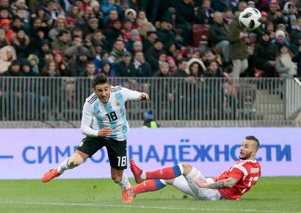 Eduardo Salvio sacó un centro que casi termina en gol de Messi (AP)