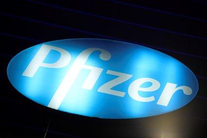 En la imagen, el logo de la farmacéutica Pfizer. EFE/EPA/Julien de Rosa/Archivo