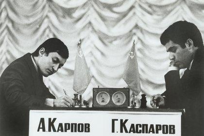 Anatoly Karpov y Gary Kasparov en uno de los tantos enfrentamientos en Rusia en 1990.