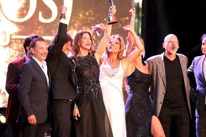 Iliana Calabró y Romina Gaetani festejan la obtención del galardón junto al equipo