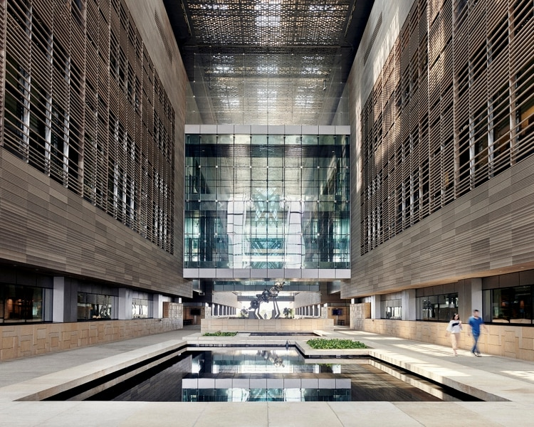 El lobby de la División de Ciencias Físicas e Ingeniería, con una piscina desalinizada, en la Universidad de Ciencia y Tecnología King Abdullah en Thuwal, Arabia Saudita. (Jamie McGregor Smith/The New York Times)