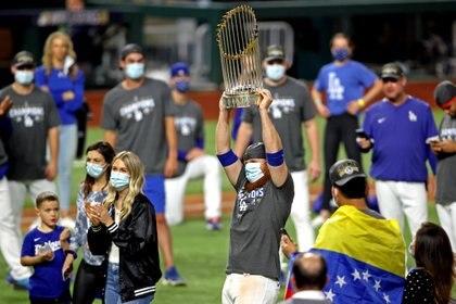 Justin Turner (10) celebra con el Trofeo del Comisionado luego de que los Dodgers de Los Ángeles vencieran a los Rays de Tampa Bay para ganar la Serie Mundial en el sexto juego de la Serie Mundial 2020 en el Globe Life Field. Mandatory Credit: Tim Heitman-USA TODAY Sports