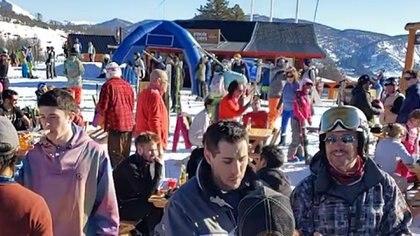 Pese a la cuarentena, un gran número de personas se reunieron en el cerro Chapelco de Neuquén