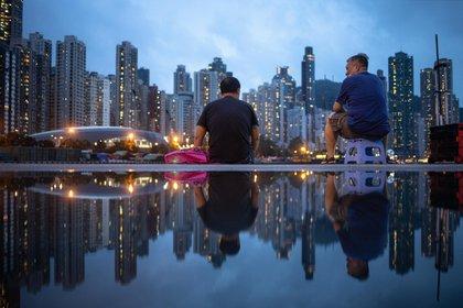 ¿Qué arrojó el revelador estudio de la Universidad de Hong Kong? Los científicos publicaron un documento preliminar, que aún debe ser revisado por pares, sobre 1,038 casos de SARS-CoV-2 en Hong Kong entre el 23 de enero y el 28 de abril que, utilizando datos de rastreo de contactos. Así pudieron identificar a todos los grupos locales de infección. Y concluyeron que los llamados Supercontagiosos han contribuido abrumadoramente a la transmisión del SARS-CoV-2 en la ciudad en general. EFE/EPA/JEROME FAVRE