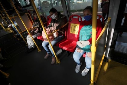 """A seat with a sign that reads """"To protect your life and the lives of others, do not use this seat"""" is seen inside a Transmilenio transport system bus, after the government allowed certain sectors to return to work, amid the outbreak of the coronavirus disease (COVID-19) in Bogota, Colombia May 11, 2020. REUTERS/Luisa Gonzalez - RC2RMG9ZD4XA"""