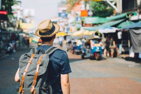 Muchos jóvenes y millennials, para abaratar costos, viajan como mochileros (Getty Images)