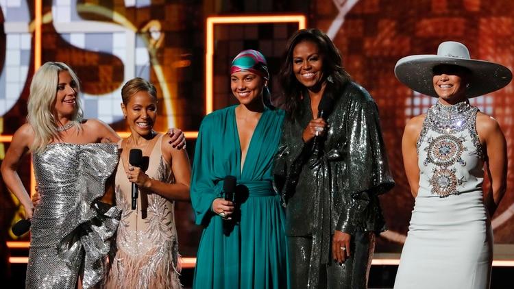 Lady Gaga, Jennifer Lopez, Alicia Keys, Michelle Obama y Jada Pinkett Smith. REUTERS/Mike Blake