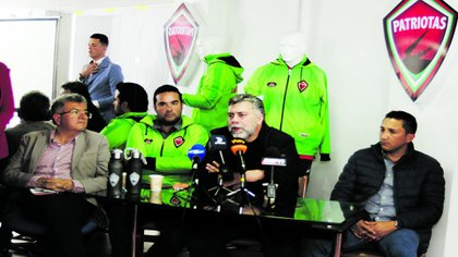 César Augusto Guzmán, director ejecutivo y máximo accionista de Patriotas Boyacá en rueda de prensa ante investigación de Coldeportes en el que pretendían suspendir el aval al club de Tunja para jugar el torneo profesional en enero de 2019 / (Boyacá7Días).